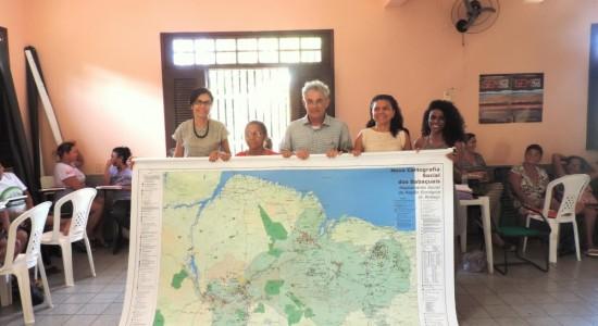 """MAPA """"NOVA CARTOGRAFIA SOCIAL DOS BABAÇUAIS"""" ENTREGUE EM VERSÃO IMPRESSA ÀS QUEBRADEIRAS DE COCO BABAÇU EM SÃO LUÍS-MA"""